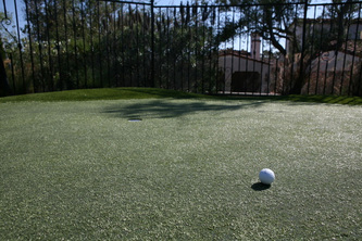 Synthetic lawn putting green